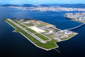 海上空港の神戸空港=2016年10月、神戸市中央区、本社ヘリから、橋本弦撮影