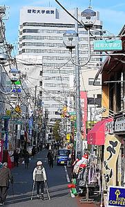 駅から大学へと続き、医師も患者も行き交う「昭和大学通り」=東京都品川区