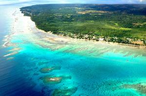 上空からみたトンガ。無数の島々が点在する南太平洋には海岸線の美しい国が多い