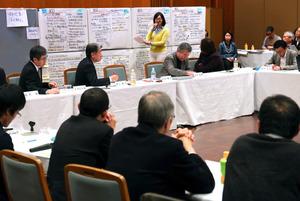 円卓会議で復興について語り合う災害復興の研究者やNPO職員ら=1月8日、兵庫県西宮市の関西学院会館