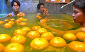 愛媛県産イヨカンを湯船に浮かべた風呂=松山市宮田町