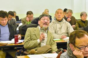 公聴会で意見を述べる参加者=横浜市神奈川区のかながわ県民センター