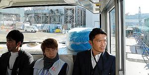 廃炉現場を見学する岩政大樹選手(右)らJリーガーたち=10日、福島県大熊町の東京電力福島第一原発、代表撮影