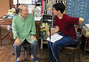 戦中を台湾で過ごした宮良作さん(左)に話を聞くアーサー・ビナードさん
