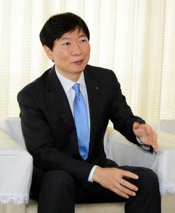 インタビューに答える伊原木隆太知事=県庁