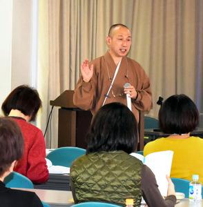 瞑想について教える大下大圓さん=東京都中央区の聖路加国際病院