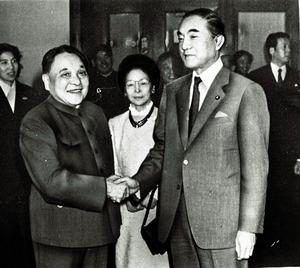 """会談を前に握手する<Asajikai sjis=""""トウ(トウは登におおざと))"""">鄧</Asajikai>氏(左)と中曽根氏=1984年3月25日"""