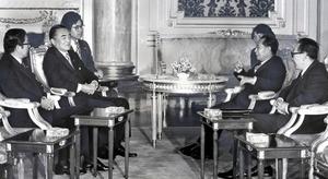 中曽根康弘首相(左から2人目)と会談する胡耀邦総書記(右から2人目)。左端は安倍晋三首相の父・安倍晋太郎外相=1983年11月24日