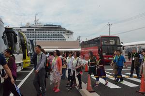 クルーズ船から下り、待機していた大型バスに続々と乗り込む訪日客=福岡市博多区の博多港中央ふ頭クルーズセンター