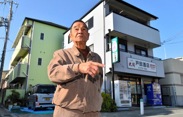 再建した戸田一弘さんの自宅兼店舗(右)。周辺には震災後にできた建物が並ぶ=神戸市長田区、水野義則撮影