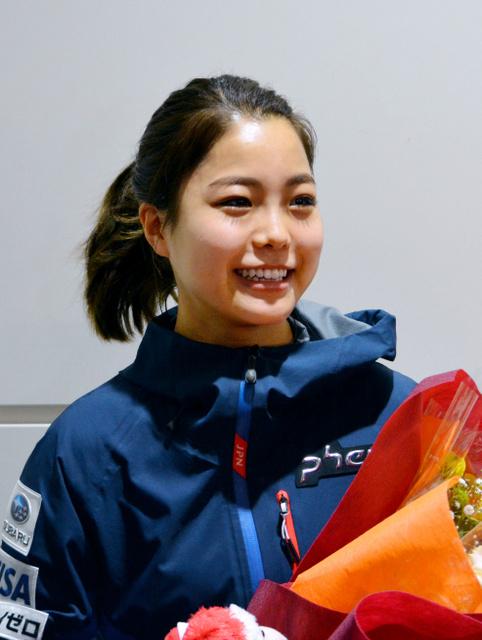 10日、ドイツから帰国した羽田空港で笑顔で取材に応じた高梨