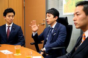 衆院議員の小泉進次郎さん(中央)は、「自民党もライバルも強くないと、政治はおもしろくない」と語る。一緒に議論を重ねた「2020年以降の経済財政構想小委員会」の衆院議員、村井英樹さん(右)、小林史明さん(左)と=東京・永田町、堀英治撮影