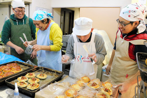 早朝からパンの香りが漂う工場は、きびきびと作業をしながらも笑いが絶えない=神戸市長田区三番町2丁目