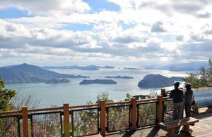 神峰山の山頂付近。第2展望台からしまなみ海道方面を望むと多島美が広がっていた=広島県大崎上島町