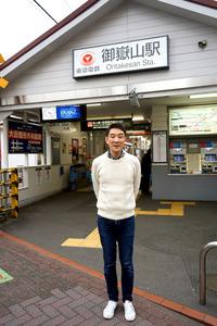 御嶽山駅前に立つ落語家の古今亭駒次さん=東京都大田区