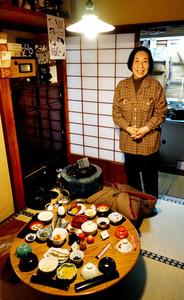 昭和のくらし博物館の茶の間に立つ館長の小泉和子さん=東京都大田区