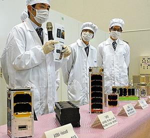 昨年12月に国際宇宙ステーションに運ばれた、超小型衛星=2016年11月7日、JAXA筑波宇宙センター