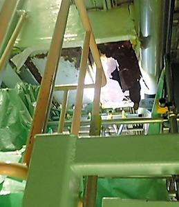 島根原発2号機の中央制御室で腐食による穴(横約1メートル、縦約30センチ)が見つかった配管の周辺=中国電力提供