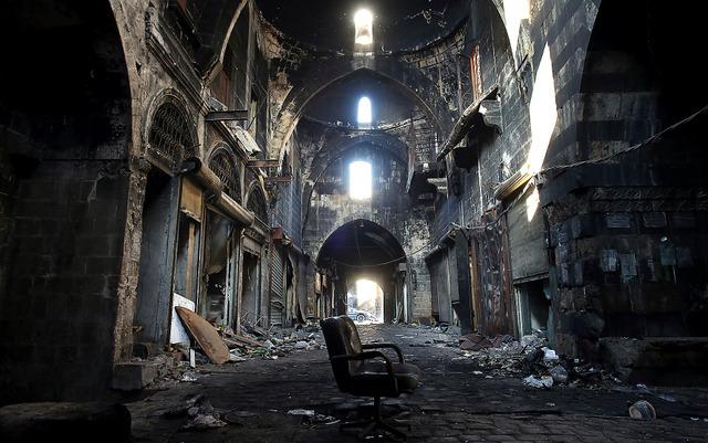世界遺産に登録されているアレッポ旧市街の巨大なスーク(市場)。戦闘で起きたとみられる延焼の跡が残っていた=10日午後、いずれもアレッポ、矢木隆晴撮影