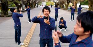 母校の東工大を訪れた野村達雄さん。お気に入りの場所でポケモンを探してもらった(8枚を合成)=東京都目黒区
