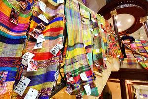 織った人たちのメッセージとともに展示が始まった「さをり織り」=12日午前、神戸市中央区、水野義則撮影