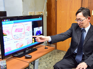 商品と役場職員が映し出されたテレビで注文できる=津和野町役場