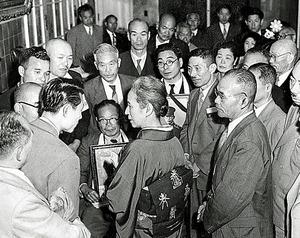 鳩山首相に面会を求める日本遺族会の代表ら=1955年5月、東京都文京区