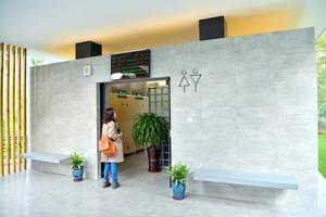 上海市内に登場した無性別トイレ。一つの入り口に対し、男女のマークがある=冨名腰隆撮影