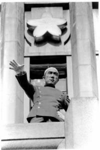 陸上自衛隊市ケ谷駐屯地のバルコニーで演説する三島由紀夫=1970年11月25日