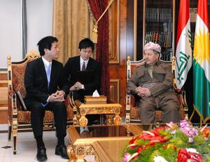 薗浦健太郎外務副大臣(左)と会談するマスード・バルザニKRG大統領=11日、アルビル、渡辺淳基撮影