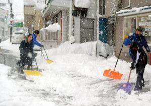 歩道の雪かきに取り組む高校生ら=金山町川口