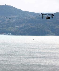 米海軍佐世保基地の赤崎貯油所から相次いで離陸したオスプレイ=12日、長崎県佐世保市、具志堅直撮影