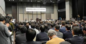 飲食業界などの5団体が緊急集会を開き、一律禁煙とする受動喫煙防止策に反対した=12日午後、東京都港区