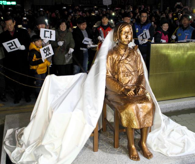 韓国・釜山の日本総領事館前に設置された少女像=昨年12月31日