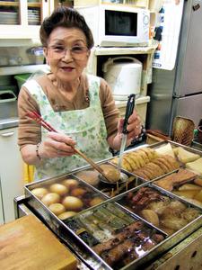 創業約60年の老舗「庄内食堂」の名物はおでん。かっぽう着姿の佐藤定子さんが笑顔で迎えてくれた=2006年11月、北海道稚内市大黒2丁目