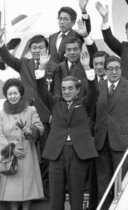 訪米する特別機に乗る中曽根康弘首相(手前中央)。右は安倍晋三現首相の父・安倍晋太郎外相=1983年1月、羽田空港