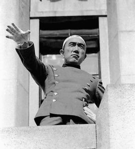 陸上自衛隊市ケ谷駐屯地のバルコニーで演説する三島=1970年11月25日
