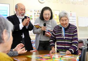 デイサービスの通所者のためにすごろく大会を開いた谷明子さん(中央)と高砂春美さん(左)=昨年12月26日、熊本県西原村、吉沢英将撮影