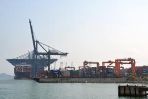 """広東省深<Asajikai sjis=""""●(●は土へんに川)"""">圳</Asajikai>にある貿易港=2016年1月"""