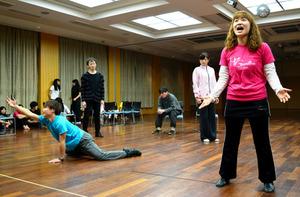 団体では障害者と健常者がともにミュージカルを作っている。自閉症の神谷たえさん(右)はメインの1人として独唱や演技に取り組む=品川区