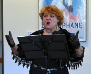 シャンソンを歌うジェーンさん=箱根町の箱根ラリック美術館