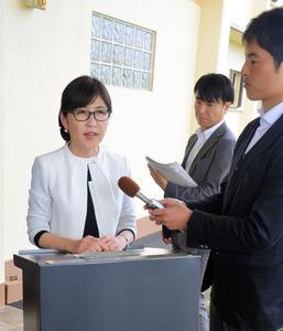 THAAD視察後、記者団の質問に答える稲田朋美防衛相=13日、グアム