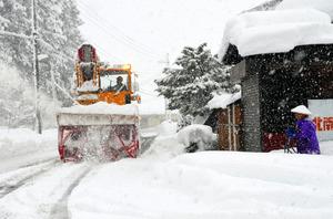 除雪車がうなりを上げながら除雪作業を進めていく=13日、新潟県南魚沼市、江川慎太郎撮影