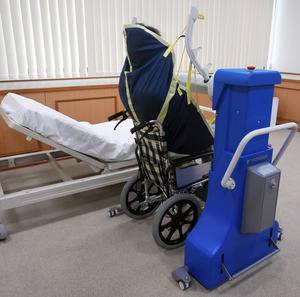 安川電機が開発した移乗アシスト装置。専用のシートに座った利用者を、装置のアームが持ち上げて乗り降りさせる=同社提供