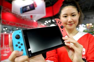 任天堂の新型ゲーム機「ニンテンドースイッチ」。モニターの横についたコントローラーは取り外しができる=13日午後4時58分、東京都江東区、関田航撮影