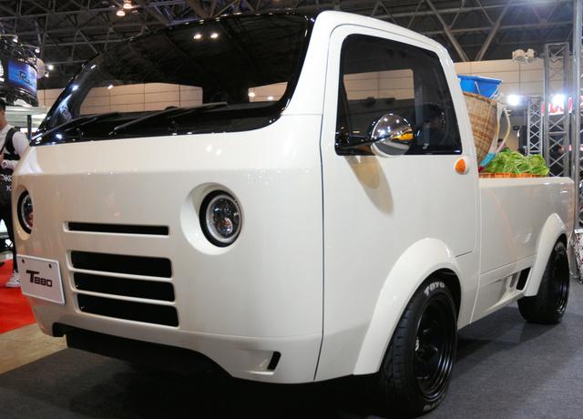 ホンダアクセスは、まん丸のヘッドライトが特徴の軽トラックを出展した=千葉市美浜区の幕張メッセ
