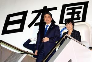 政府専用機で豪シドニーに到着した安倍晋三首相と昭恵夫人=13日午後10時12分、シドニー空港、飯塚晋一撮影