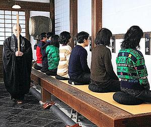 毎月2回開かれる興聖寺の座禅会。僧侶が体に触れることはない=昨年12月、京都府宇治市、滝沢美穂子撮影