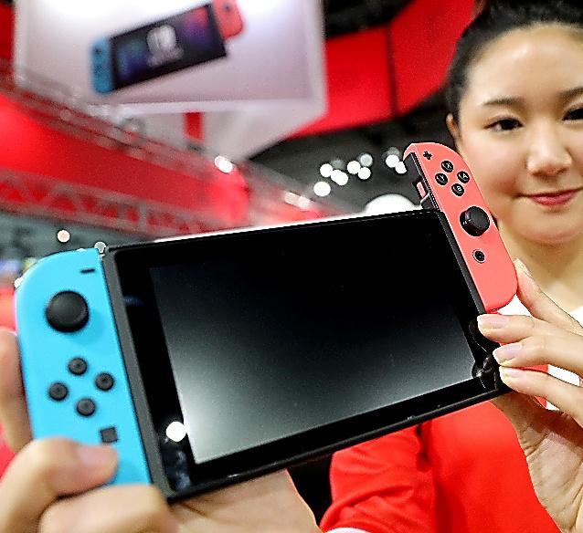 任天堂の新型ゲーム機「ニンテンドースイッチ」。モニターの横についたコントローラーは取り外しができる