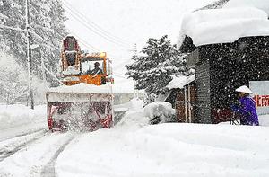 除雪車が除雪作業を進めていく=13日、新潟県南魚沼市、江川慎太郎撮影